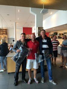 Master SM mästare i laser std (och regatta vinnare i laser radial) Niklas Edler här flankerad av silver mannen Thomas Nordkqvist och brons mannen Martin Wigforss. Samt i bakgrunden ett utval av glada deltagare.